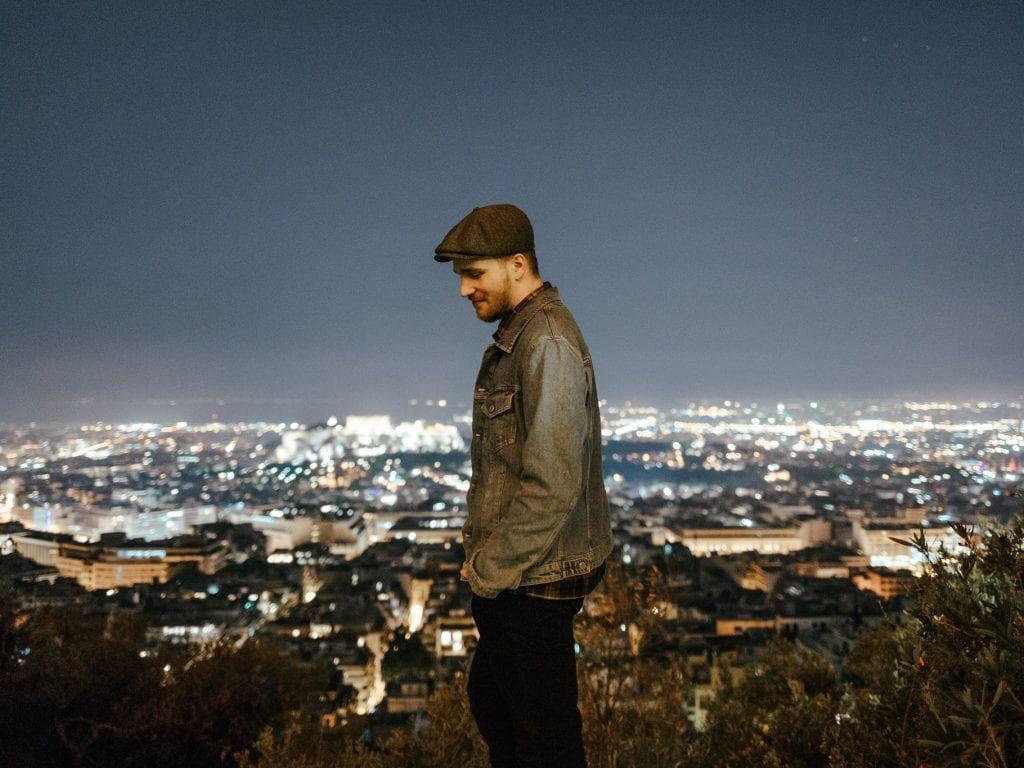 Valokuvaaja Anssi Lepikko ihailee yöllistä Ateenan kaupunkia.