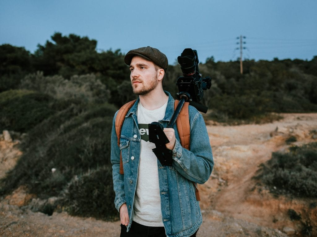 Valokuvaaja Anssi Lepikko kuvaamassa matkavideota Kreikassa.