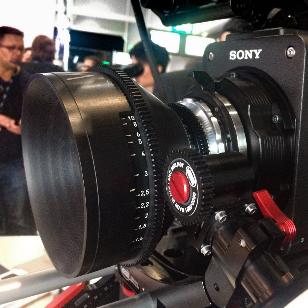 Whitepoint Optics 80mm -objektiivi Sonyn Venice -elokuvakamerassa IBC-messuilla. Kuva: Jussi Myllyniemi.