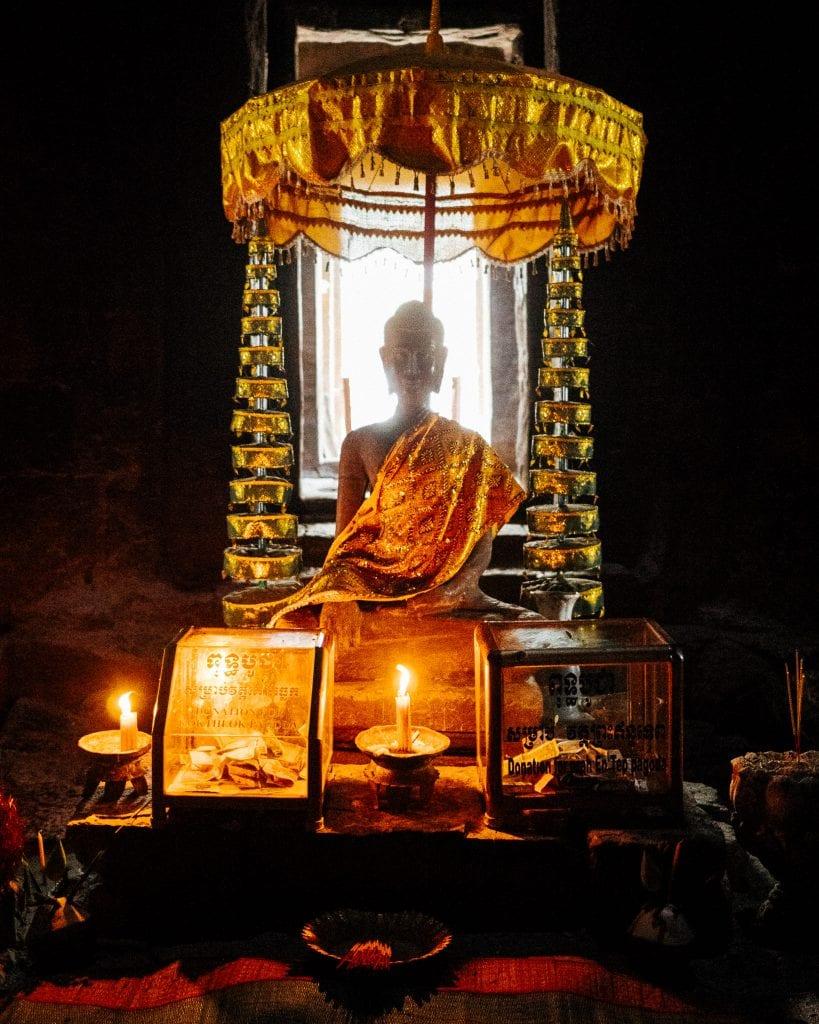 Munkkialttari Angkorin kaupungin raunioissa. Kuva: Anssi Lepikko.