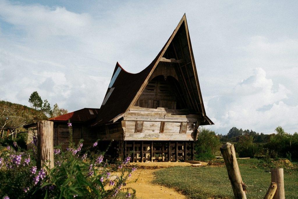Batak-kansan perinteinen mökki Samosir-saarella. Kuva: Anssi Lepikko.