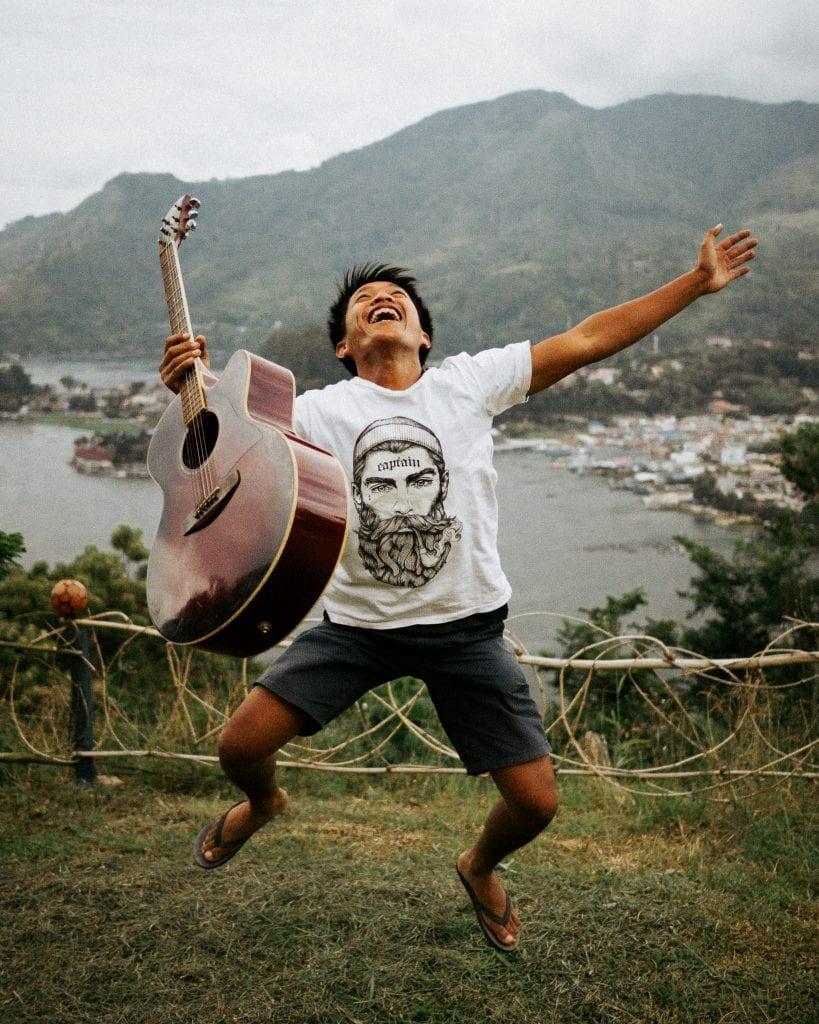 Paikallinen rokkitahti Panji hyppää ilmaan vuoren huipulla.