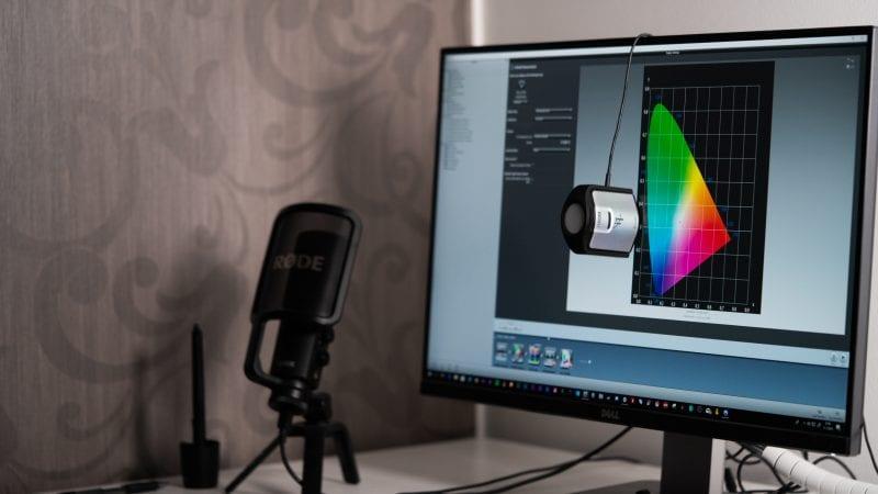 X-riten kalibbroinbtilaite i1 Display Pro monitorini näyttöpaneelia vasten kohtisuorassa.