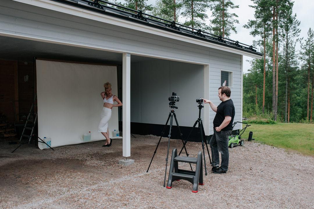 Jussi Koskela kuvaa peilittömän kameran takanäytöltä.
