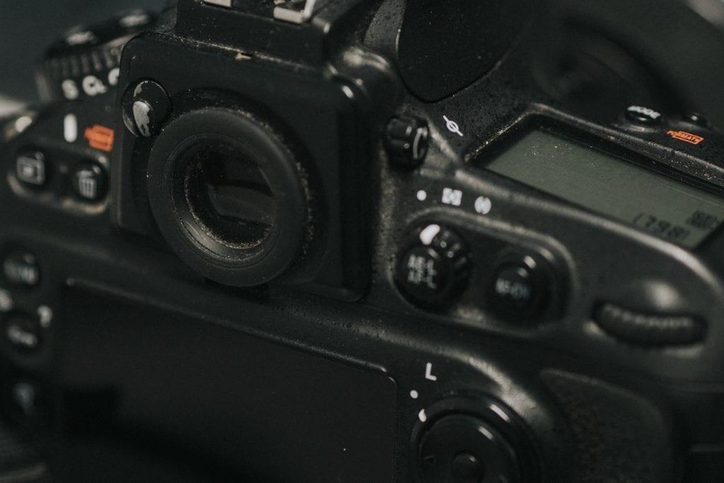 Nikon D700 takaa ja optinen etsin.