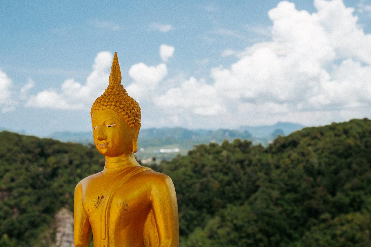 Etualan buddha kirkastuu taustaa vasten pyöröpolarisaatiosuotimen avulla.