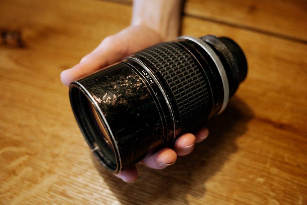 Nikonin objektiivin kunto on kaukana uudenveroisesta, mutta toimii edelleen moitteetta. Nikkor 180mm f/2.8. Kuva: Anssi Lepikko.