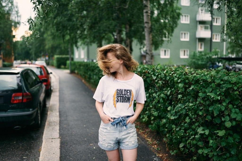 Kuva hiuksia heiluttavasta tytöstä