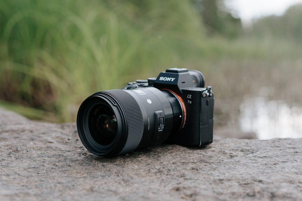 Kuva objektiivista ja kamerasta.