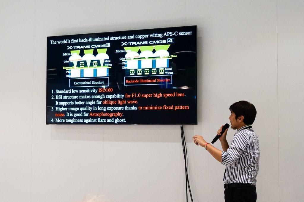 Fujifilmin insinööri esittelee sensoriteknologiaa Photokinassa