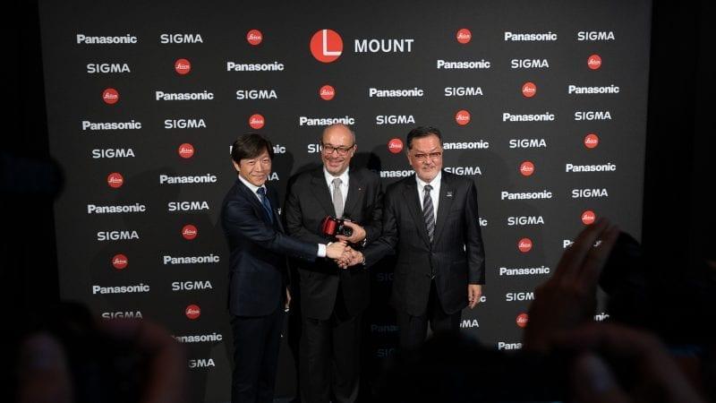 Kazuto Yamaki, Andreas Kaufmann ja Junichiro Kitagawa kättelevät yhteistyön merkiksi.