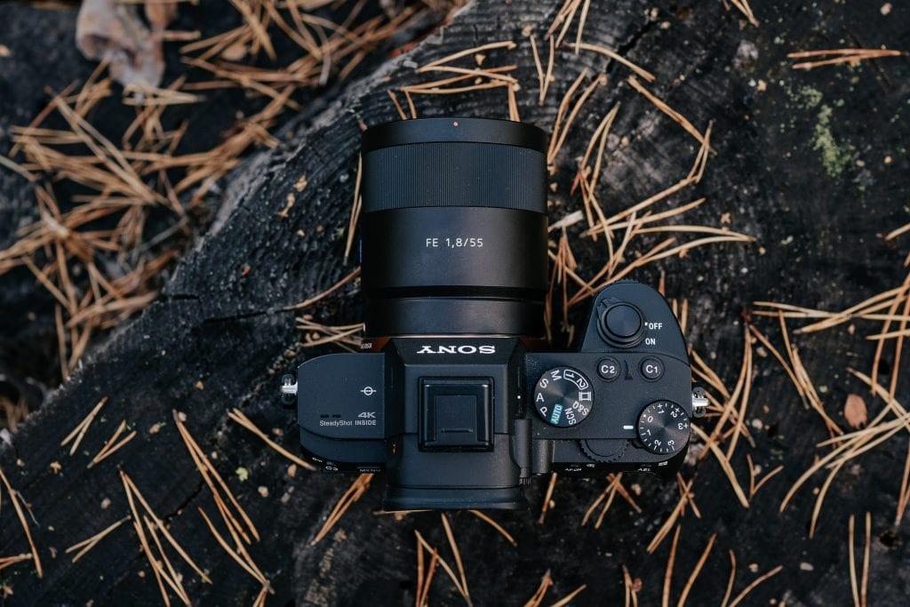 Sony A7III kamera ylhäältä.
