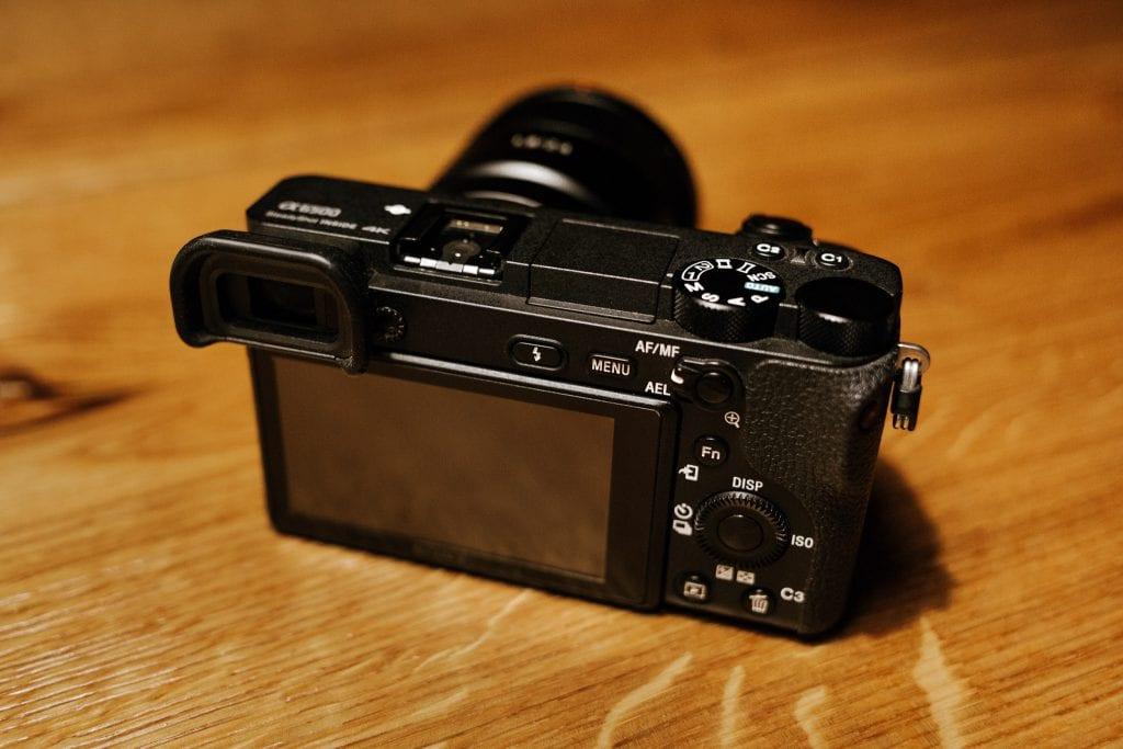 Sony a6500 -järjestelmäkamera pöydällä.