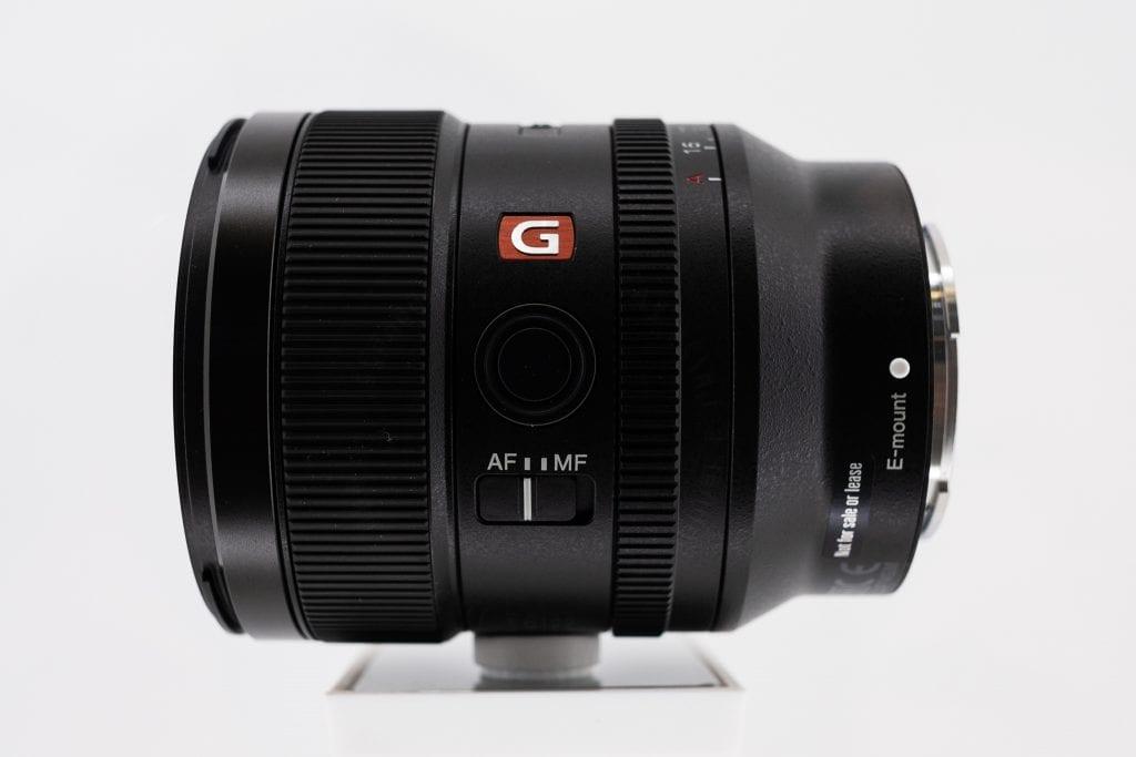 Sony FE 24mm f/1.4 GM sivusta kuvattuna Photokina-messuilla
