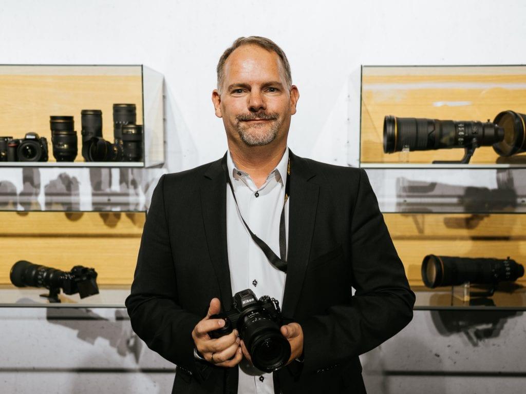 Nikonin Euroopan alueen markkinointipäällikko Dirk Jasper käsissään Nikon Z7.