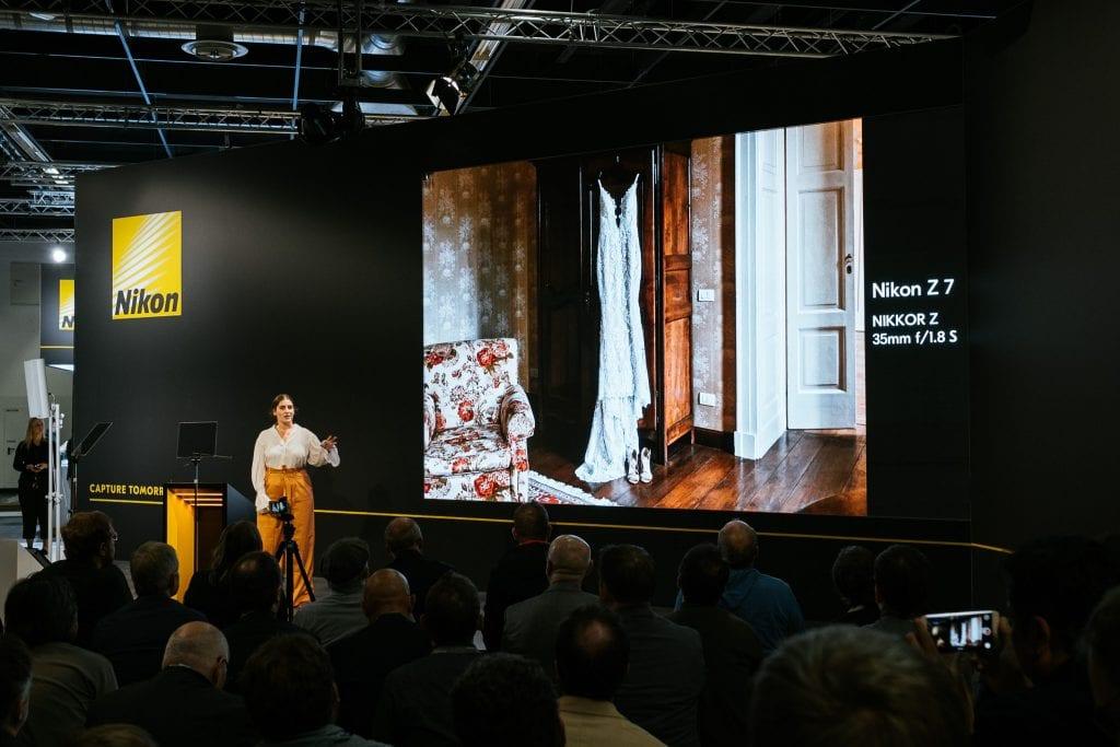 Nikonin tiedoitustilaisuus Photokinassa. Hääkuvaaja esittelee Nikon Z7:lla otettuja kuvia.