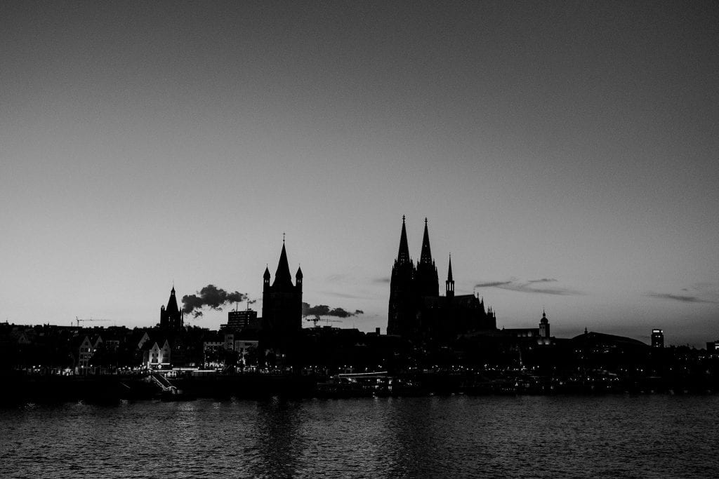 Kölnin tuomiokirkko iltahämärässä Saksassa.