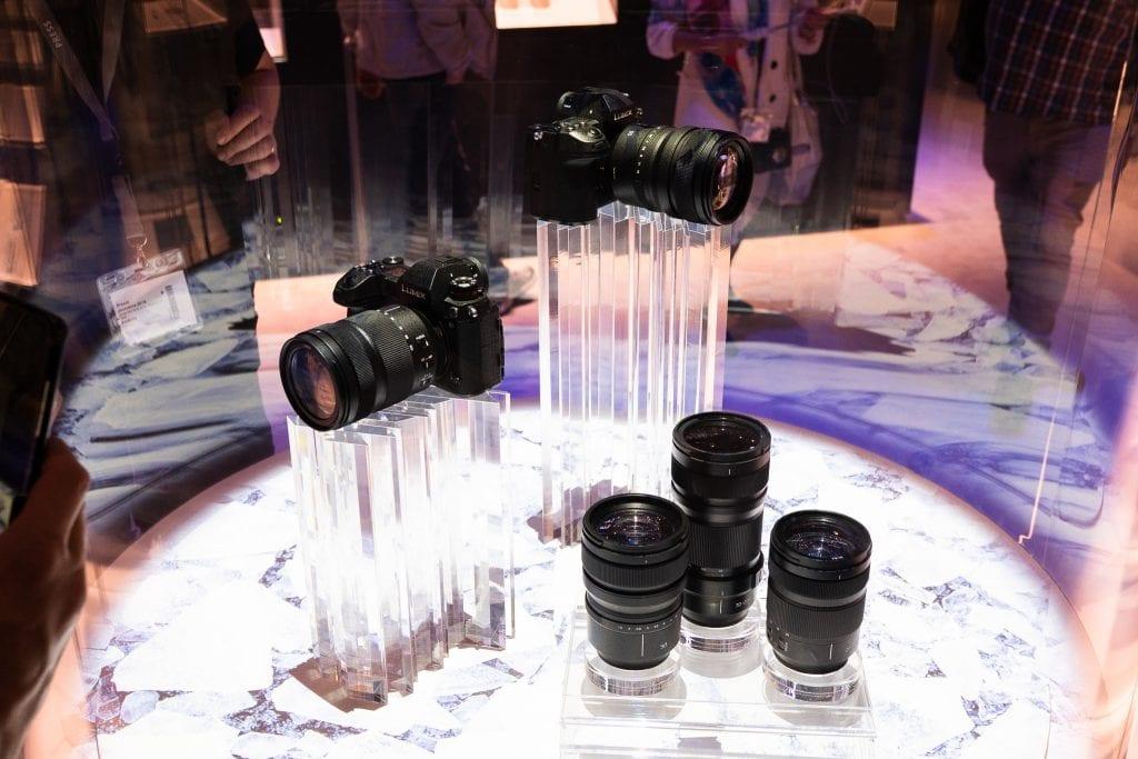 Panasonicin kinokamerajärjestelmä vitriinissä Photokinassa. Kuvassa S1 ja S1R.
