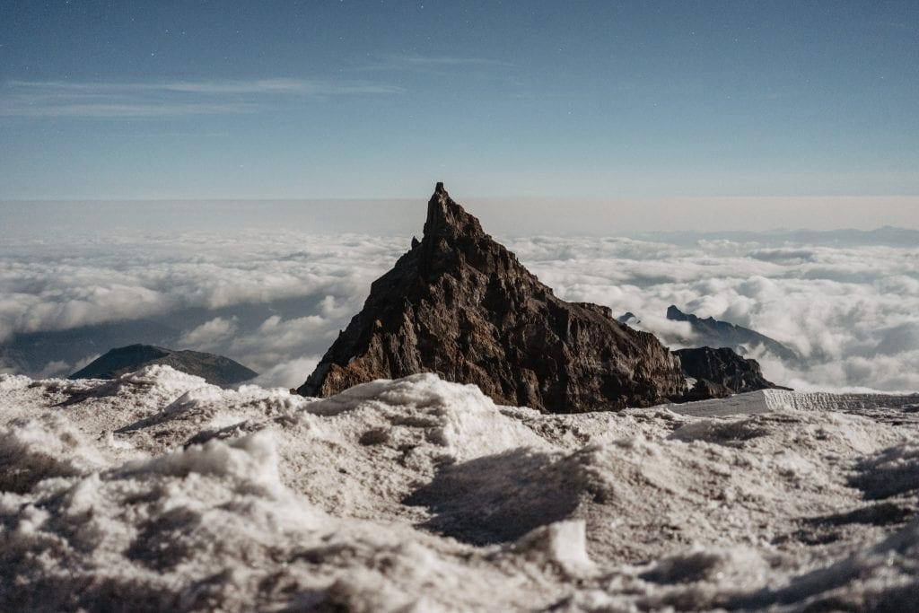 Luminen maisema pilvien yläpuolella