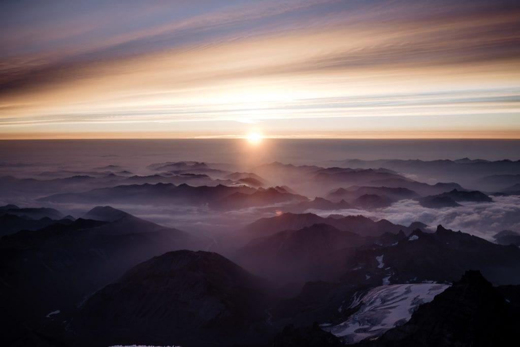 Auringonnousu vuoristossa