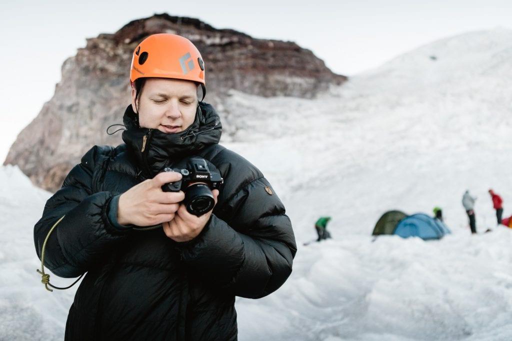 Joel katselee kuvia kamerasta.