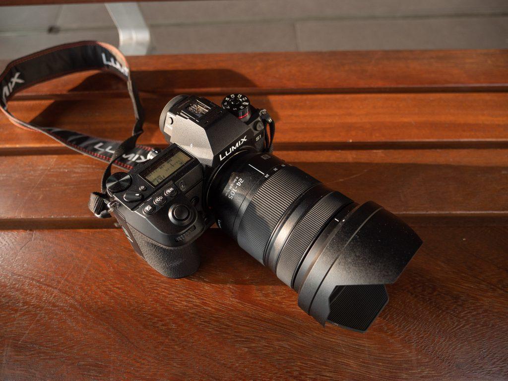 Panasonic S1-järjestelmäkamera julkaisutilaisuudessa 24-105 mm objektiivin kanssa