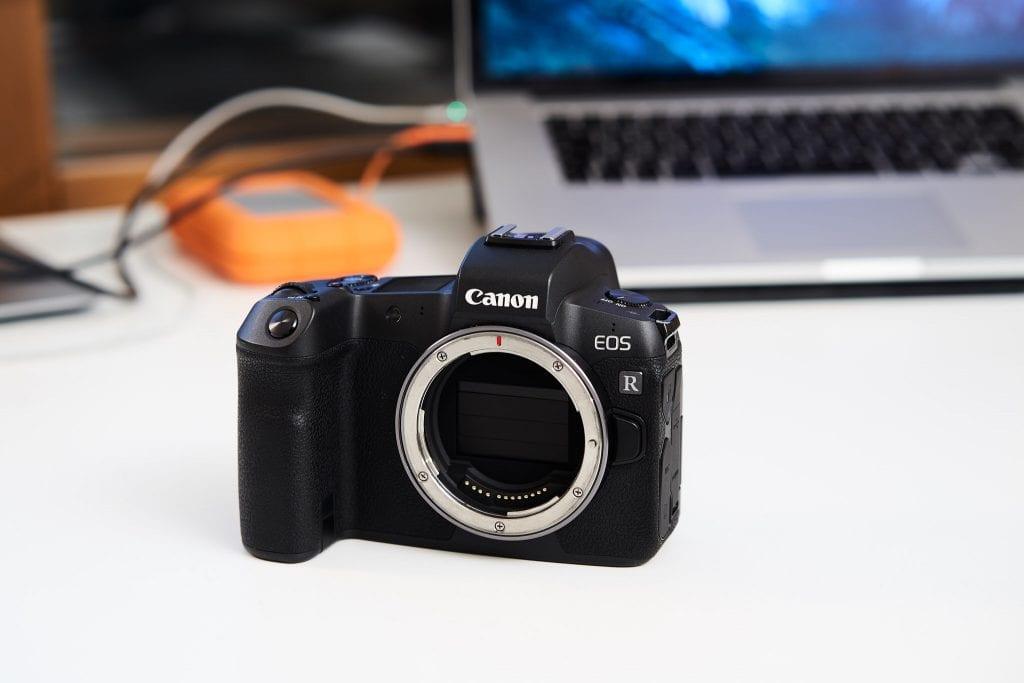 Canon EOS R järjestelmäkamera edestä.