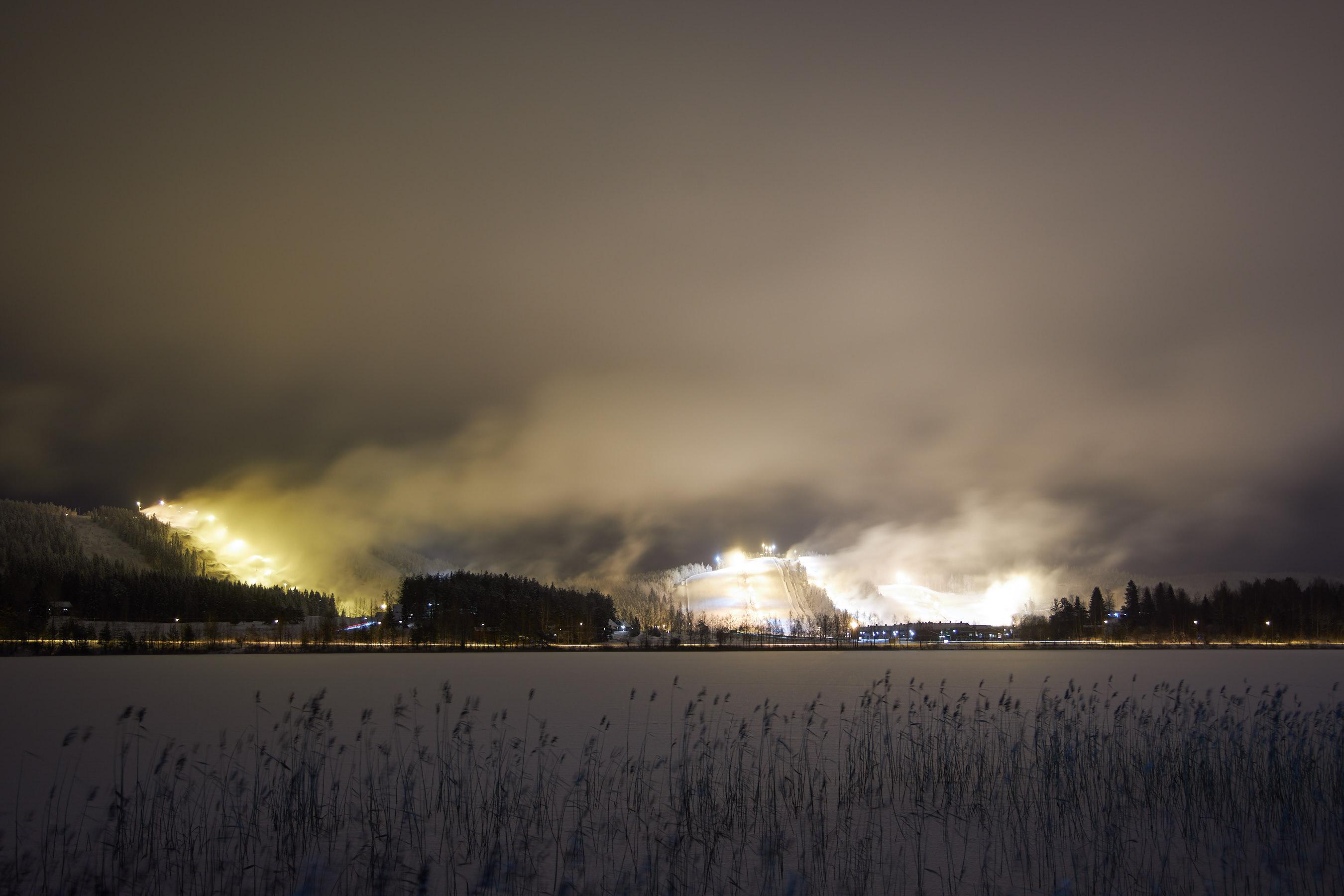 Himoksen laskettelurinteitä lumetetaan.