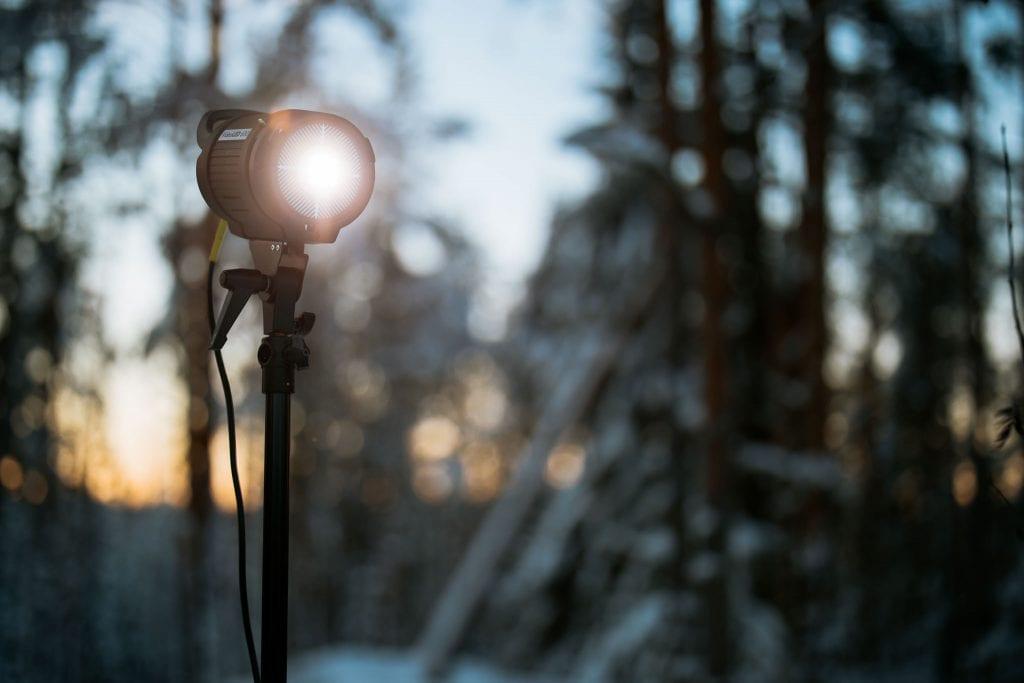 Linssiheijastustesti Canon RF 50mm F/1.2 L USM. Ledivalo osoittaa suoraan kameraan ja valosta aiheutuva linssiheijastus eli flare hehkuu kauniisti.