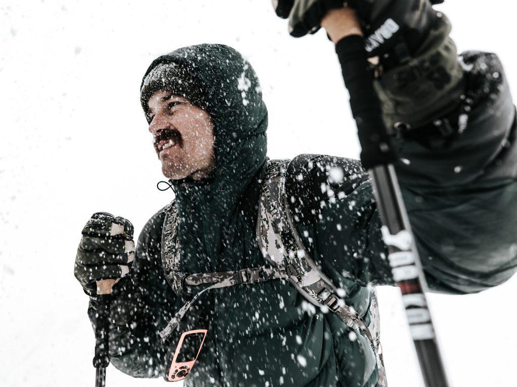 Vaeltaja tarpoo lumisateessa. Kuva: Joel Forsman