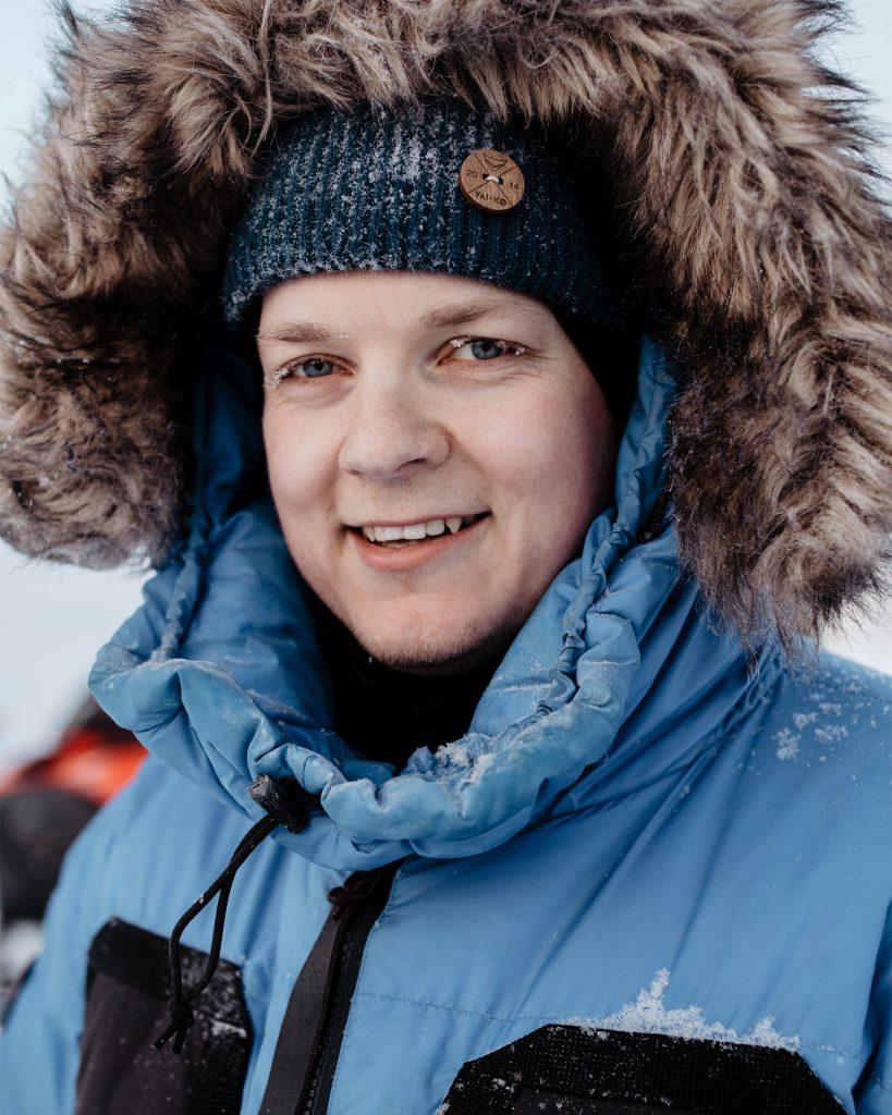 Joel Forsman hymyilee talvivaatteissa pakkasella