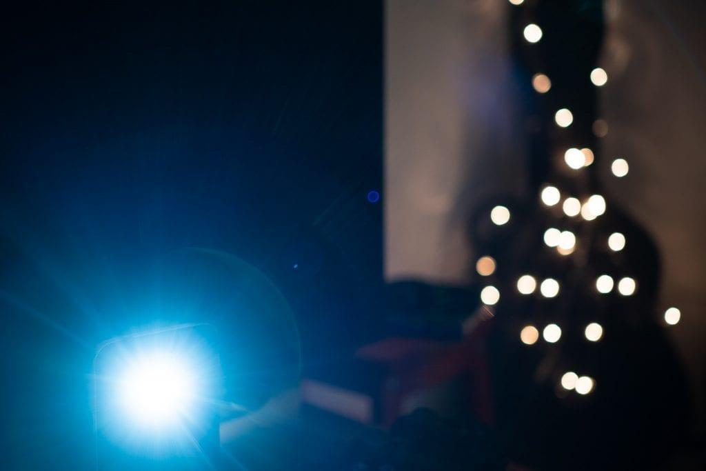Sony Zeiss 24mm f/1.8 ZA -objektiivin flare eli linssiheijastus, Alakulmassa kylmä salaman valo muodostaa hehkuvan heijastuksen kuvaan.