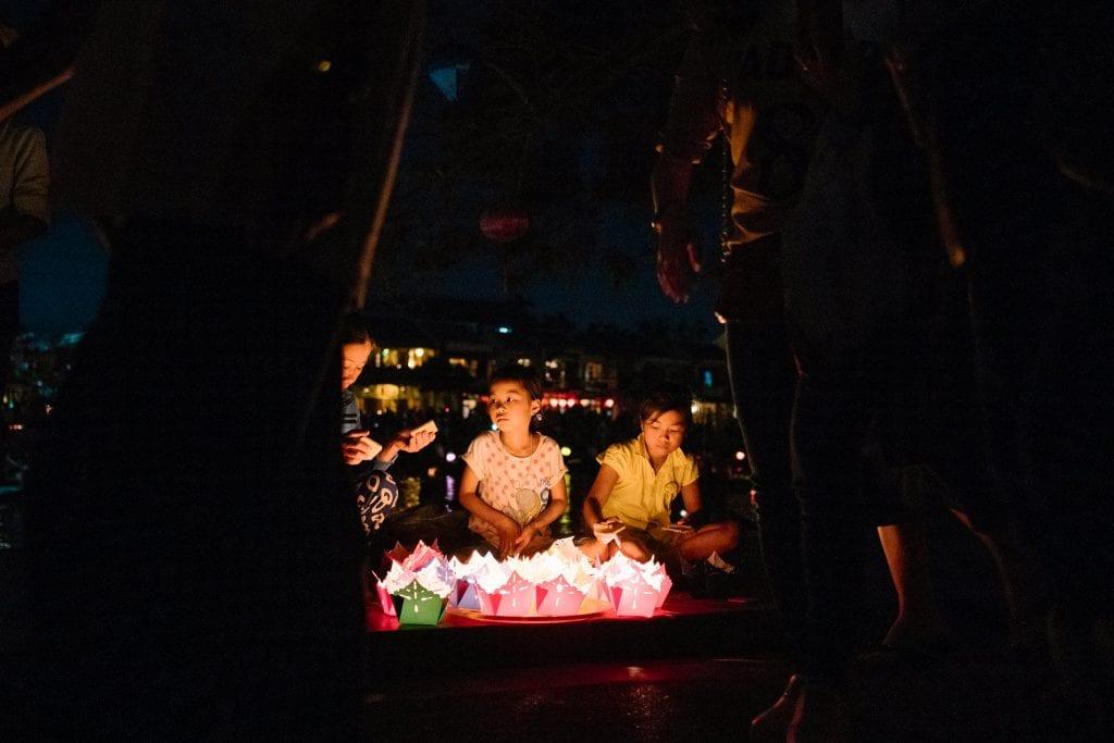 Lapset myyvät lyhtyjä turisteille Vietnamin Hoi Anin vanhassa kaupungissa
