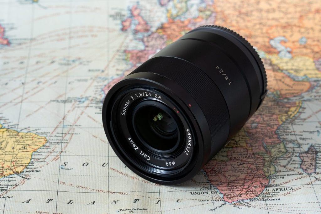 Sony Zeiss 24mm f/1.8 ZA objektiivi makaa maailmankartan päällä.