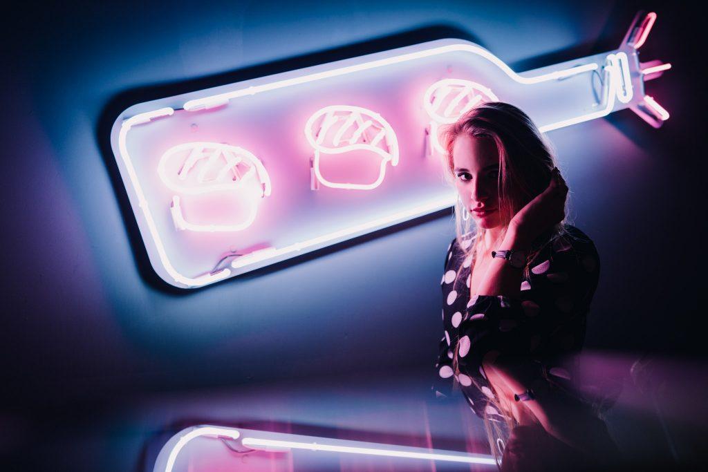 Sony FE 24mm f/1.4 objektiivilla otettu henkilökuva neonvalaistuksessa