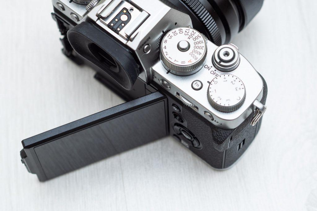 Fuji X-T3 tuotekuva. Näyttö kääntyy sivulle.