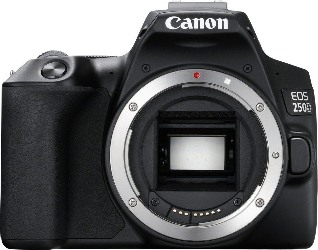 Canon EOS 250D järjestelmäkamera edestä ilman objektiivia.