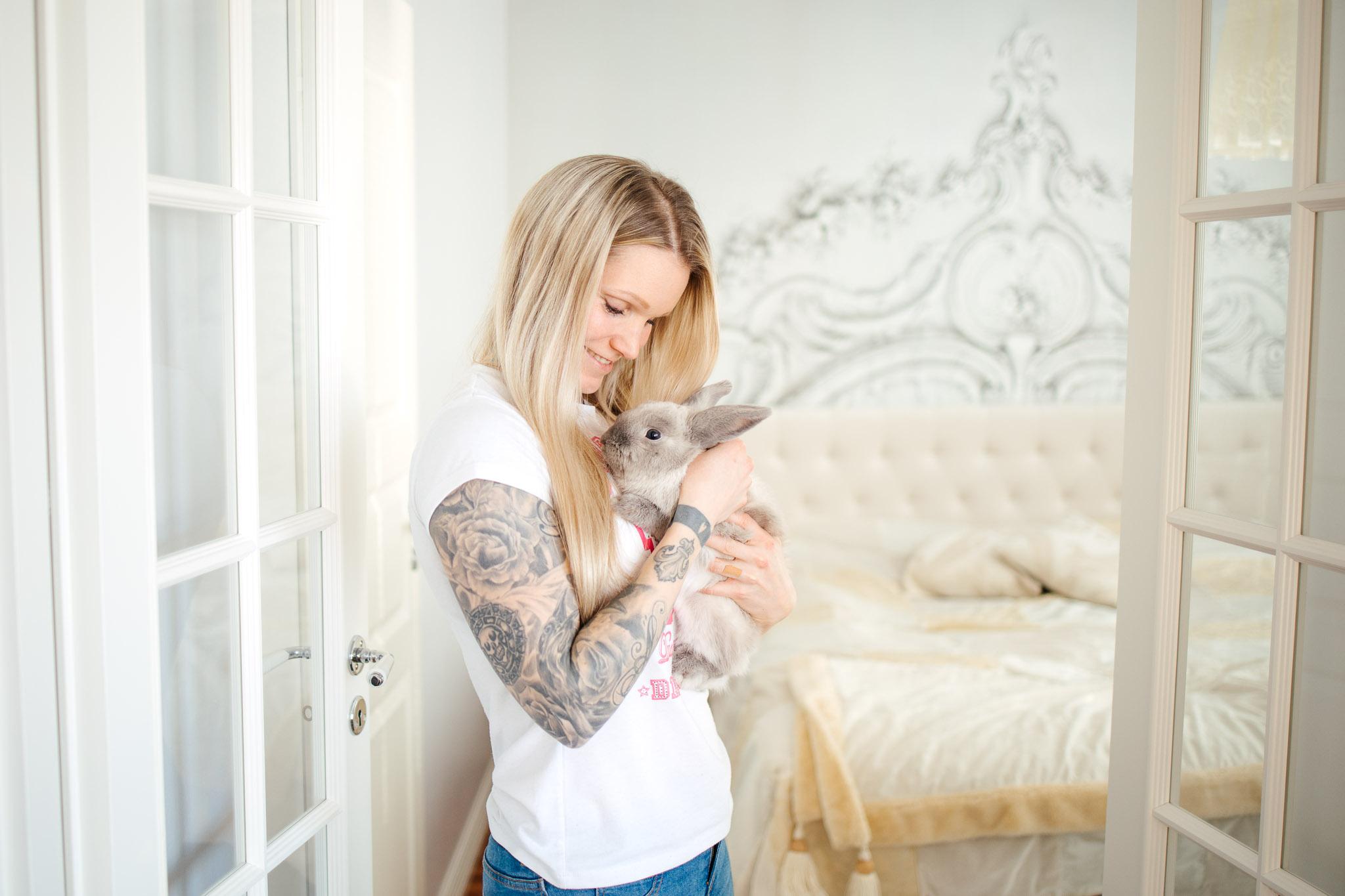Nainen ja hänen lemmikkikaninsa.
