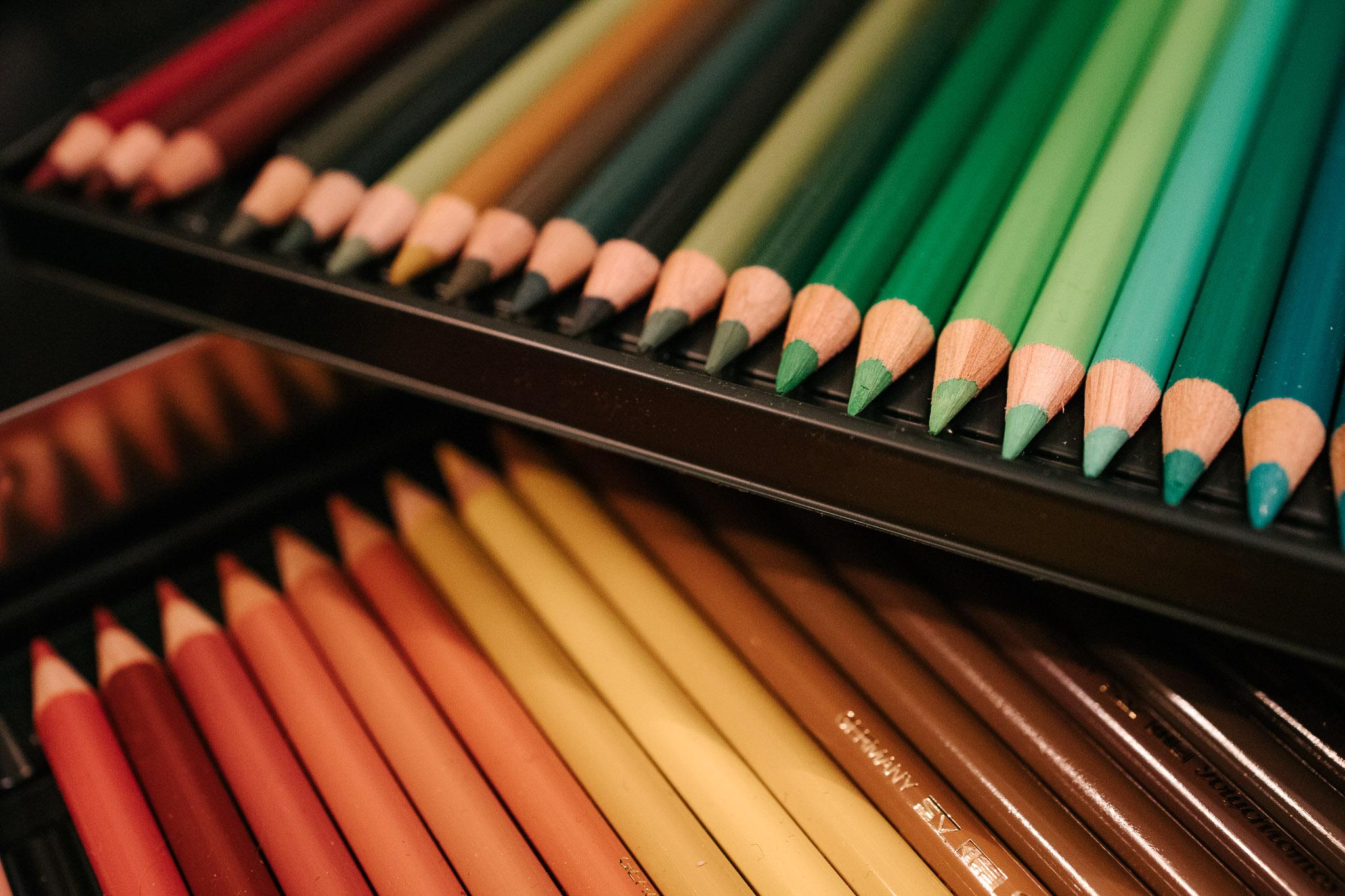 Erivärisiä värikyniä.