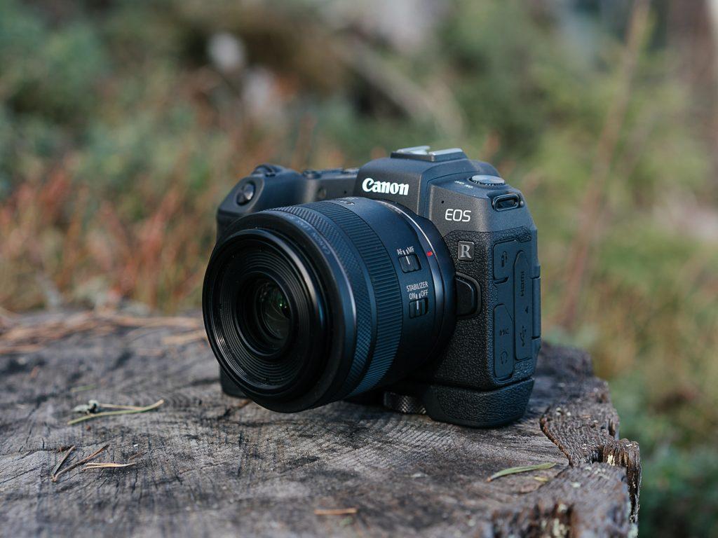 Canon EOS RP järjestelmäkamera kannon päällä.
