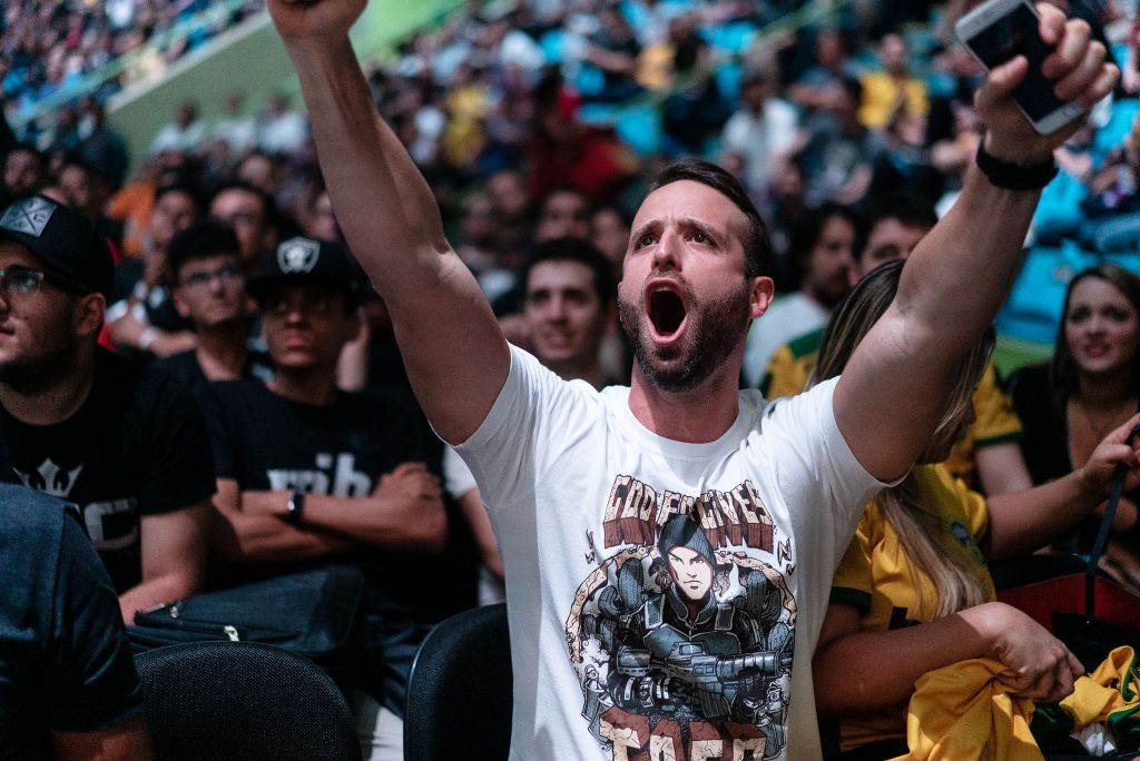 Brasilialainen eurheilun ystävä tuulettaa.