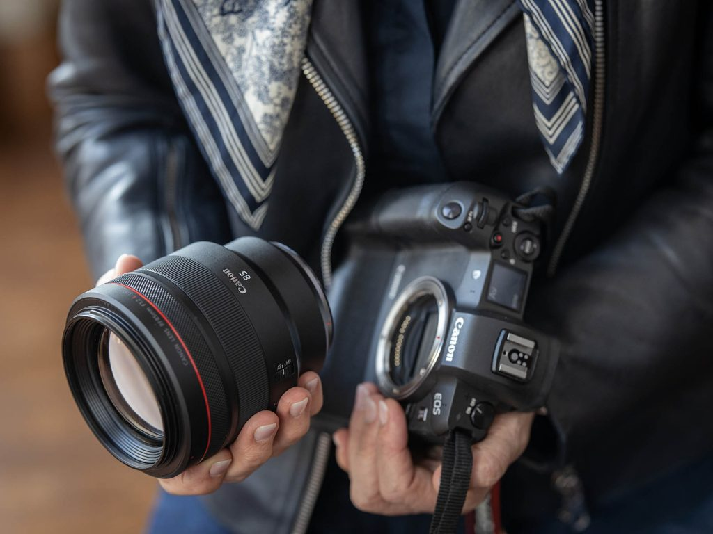 Canon RF 85mm F1.2 L USM objektiivi ja EOS R -järjestelmäkamera.